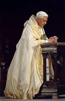 popebenedictpraying.jpg